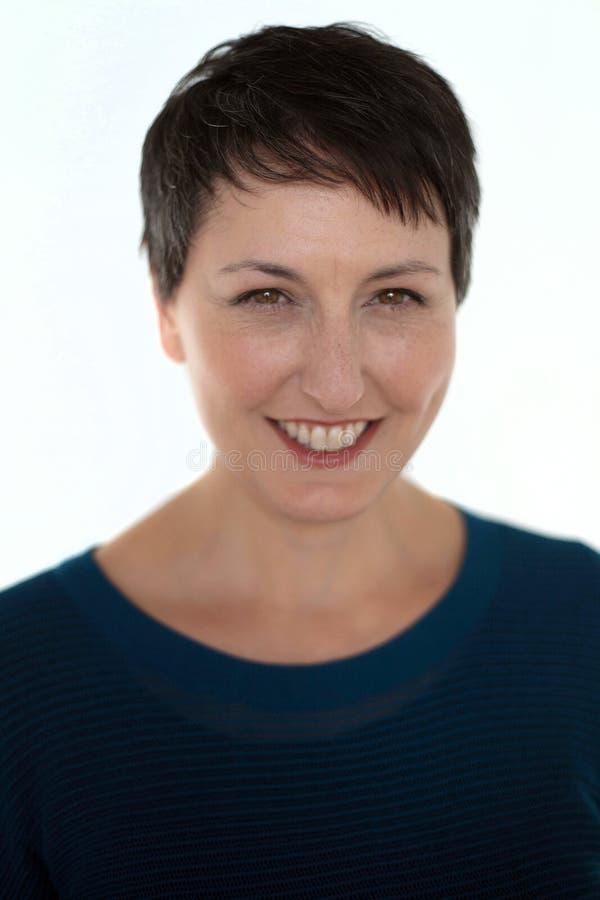 Mulher bonita com cabelo curto no fundo branco fotos de stock royalty free