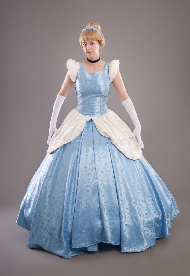 Mulher bonita com cabelo dourado e o vestido azul como a princesa imagens de stock