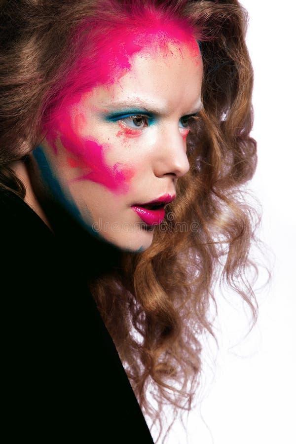 Mulher bonita com cabelo encaracolado e composição criativa fotos de stock royalty free