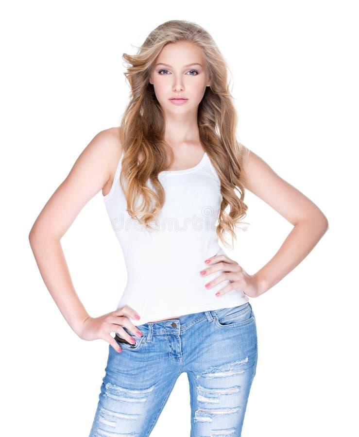 Mulher bonita com cabelo encaracolado longo na calças de ganga imagens de stock royalty free