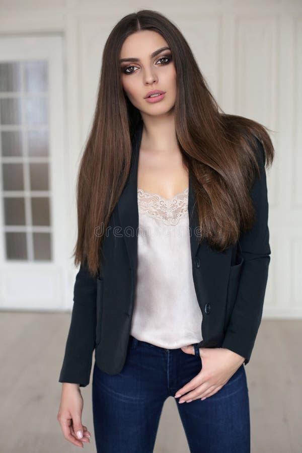 Mulher bonita com cabelo escuro no equipamento elegante imagens de stock