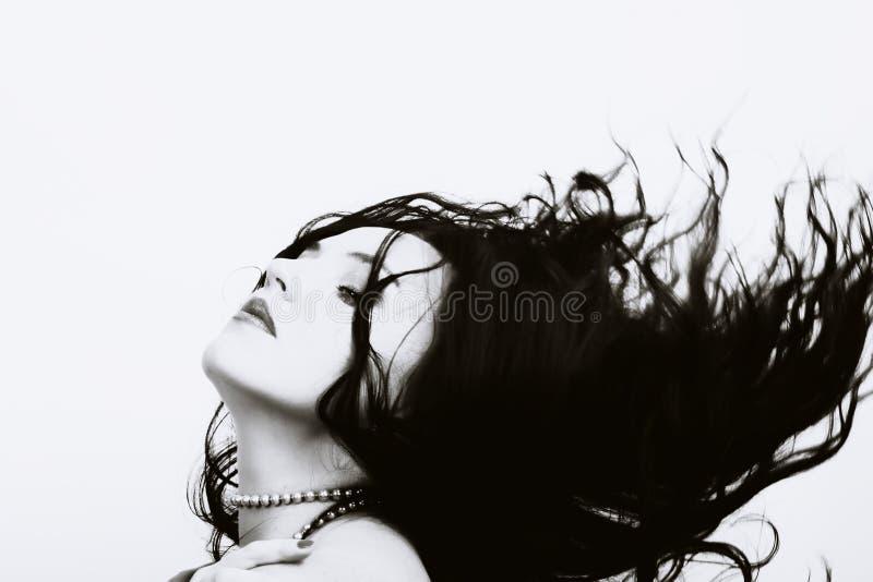 Mulher bonita com cabelo longo do vôo fotografia de stock royalty free