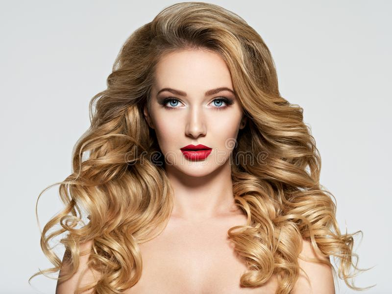 Mulher bonita com cabelo longo e os bordos vermelhos imagem de stock