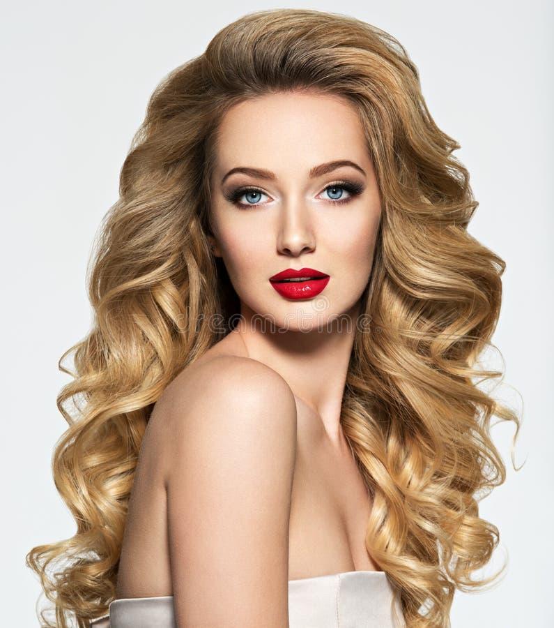 Mulher bonita com cabelo longo e os bordos vermelhos imagens de stock