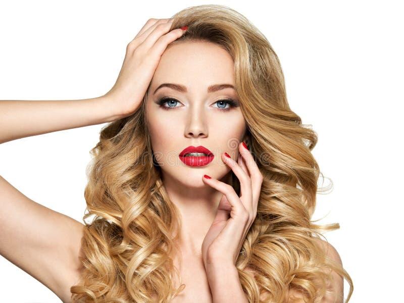 Mulher bonita com cabelo longo e os pregos vermelhos fotografia de stock royalty free