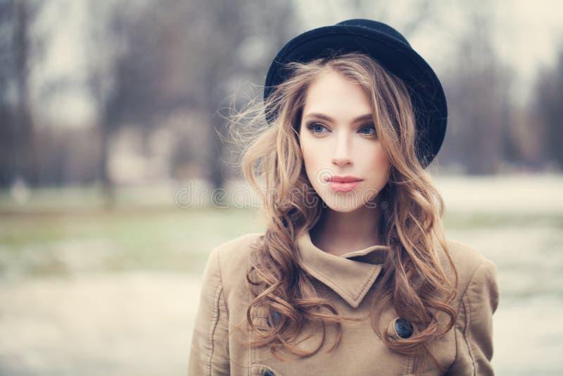 Mulher bonita com cabelo longo fora foto de stock