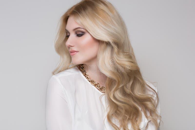 Mulher bonita com cabelo louro foto de stock