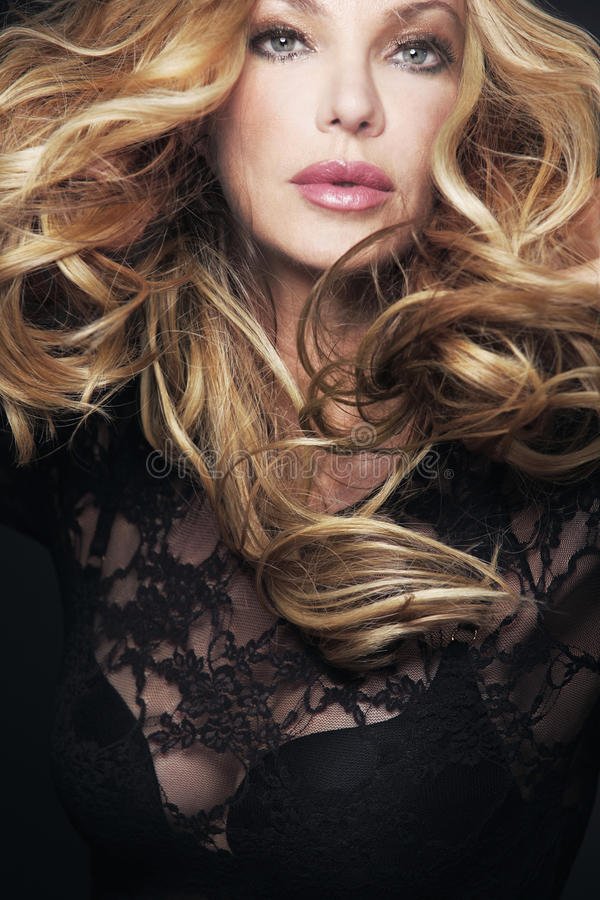 Mulher bonita com cabelo louro curly longo. imagem de stock