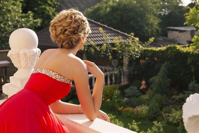 Mulher bonita com cabelo louro no vestido vermelho luxuoso foto de stock royalty free