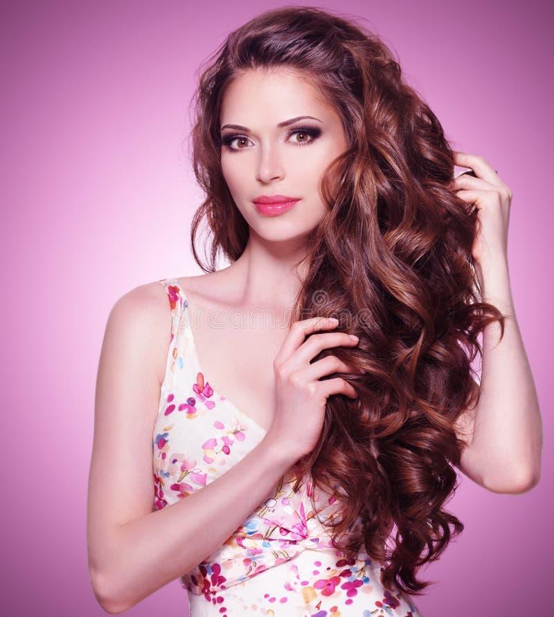 Mulher bonita com cabelo marrom longo fotografia de stock royalty free