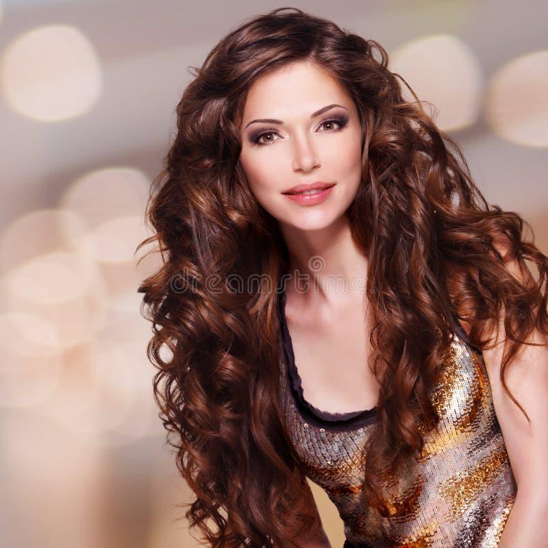 Mulher bonita com cabelo marrom longo imagem de stock