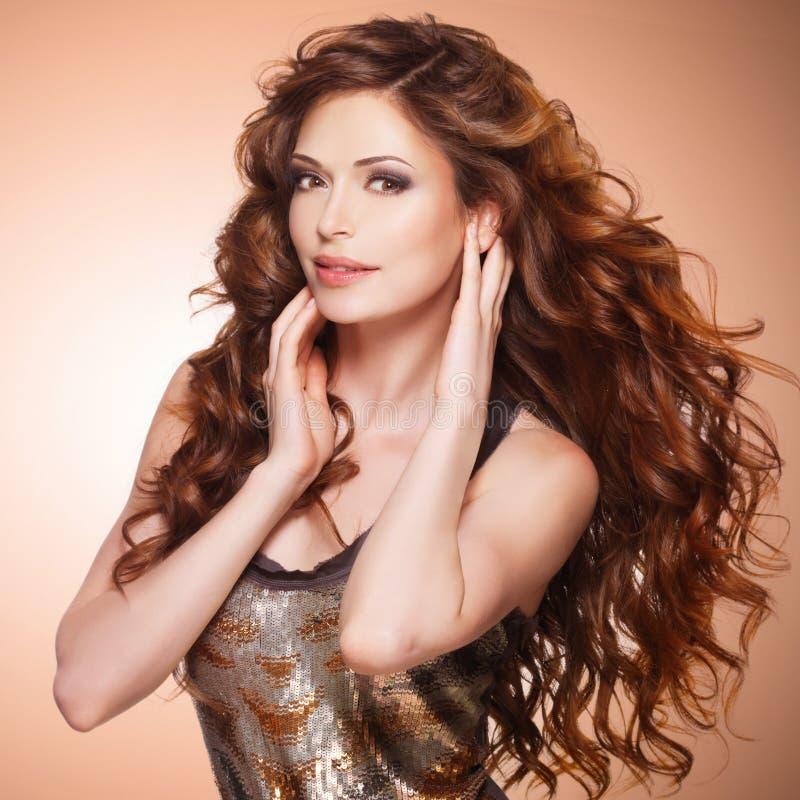Mulher bonita com cabelo marrom longo foto de stock royalty free