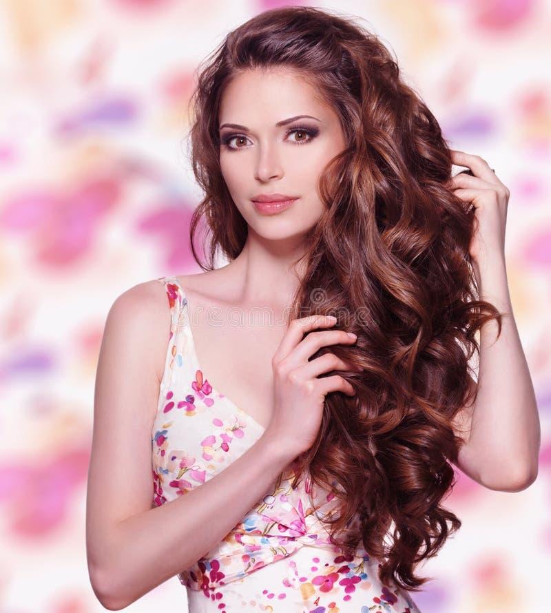 Mulher bonita com cabelo marrom longo fotos de stock