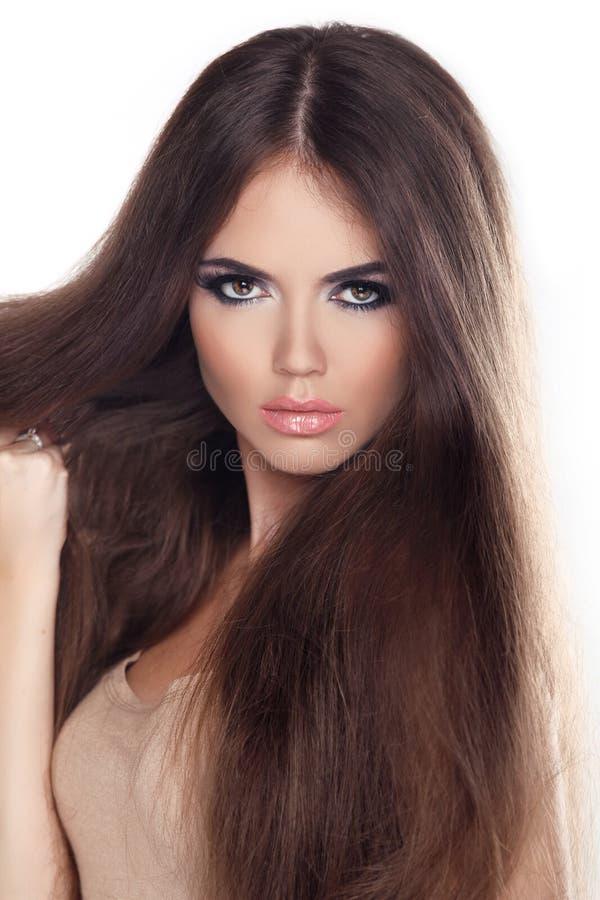 Mulher bonita com cabelo marrom longo. Retrato do close up de uma arrelia fotos de stock