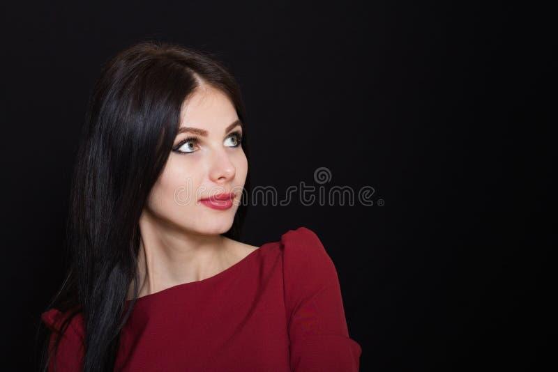 Mulher bonita com cabelo reto e olhos azuis pretos em um fundo escuro imagem de stock royalty free