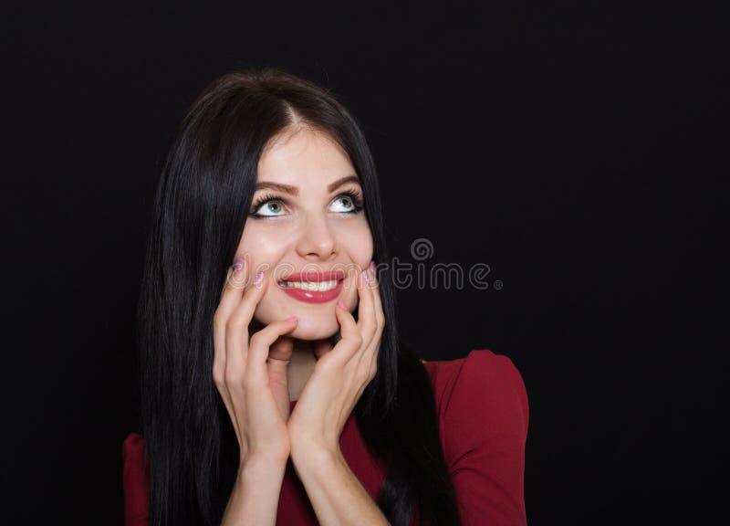 Mulher bonita com cabelo reto e olhos azuis pretos em um fundo escuro foto de stock