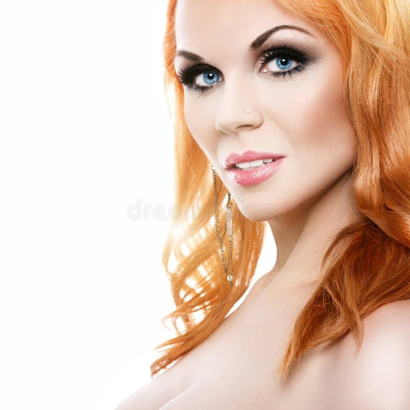 Mulher bonita com cabelo vermelho fotografia de stock
