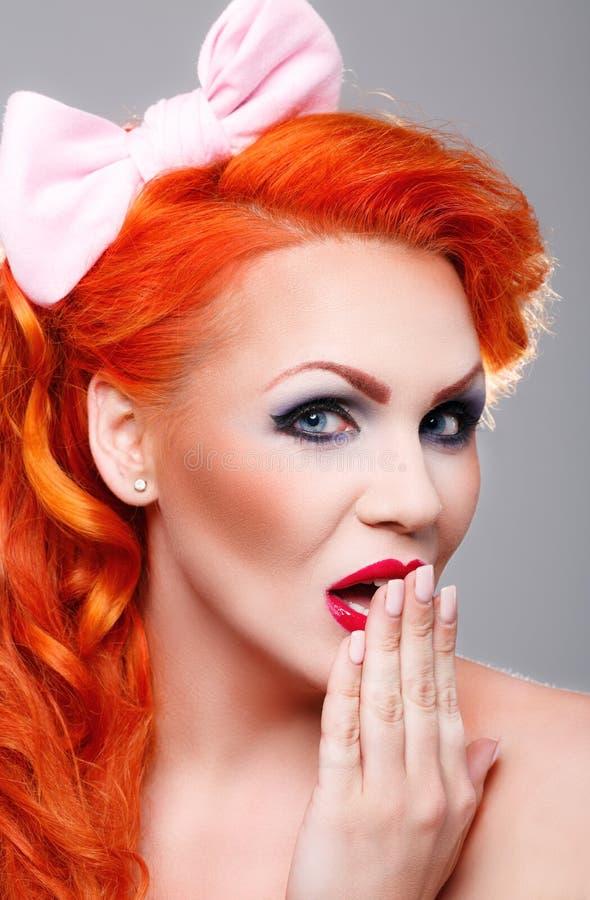Mulher bonita com cabelo vermelho imagens de stock