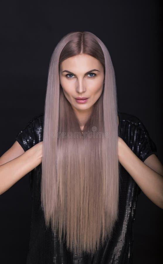 Mulher bonita com cabelos louros na moda por muito tempo retos fotografia de stock