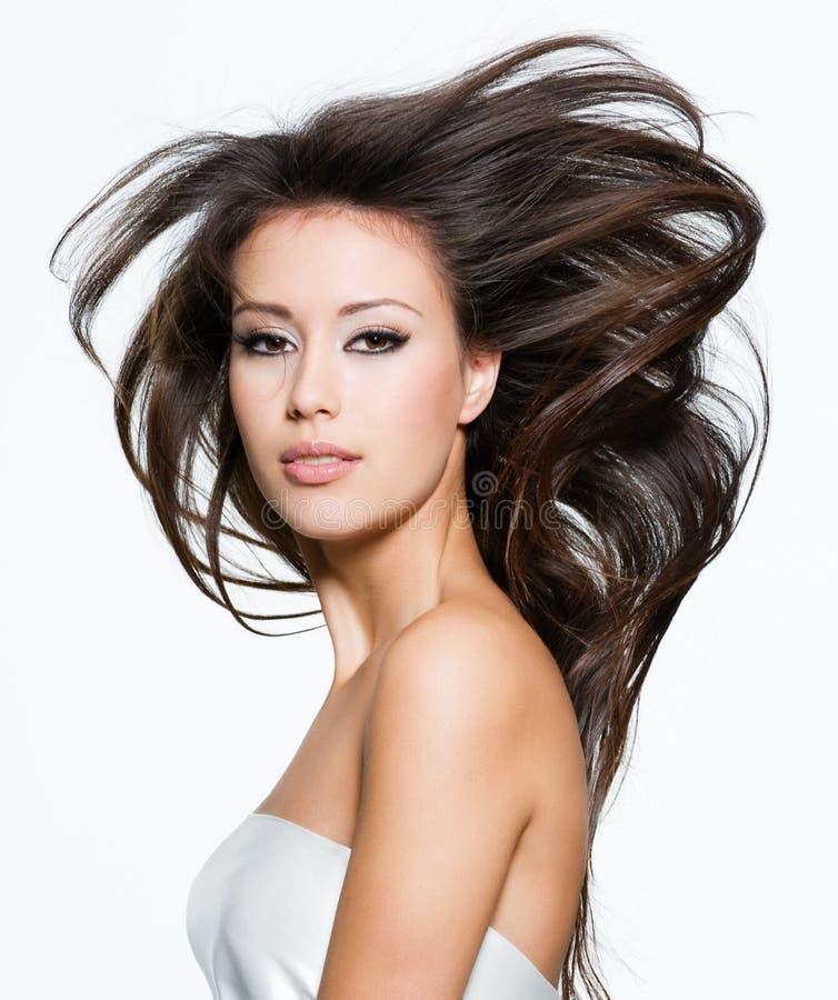 Mulher bonita com cabelos marrons longos bonitos fotografia de stock