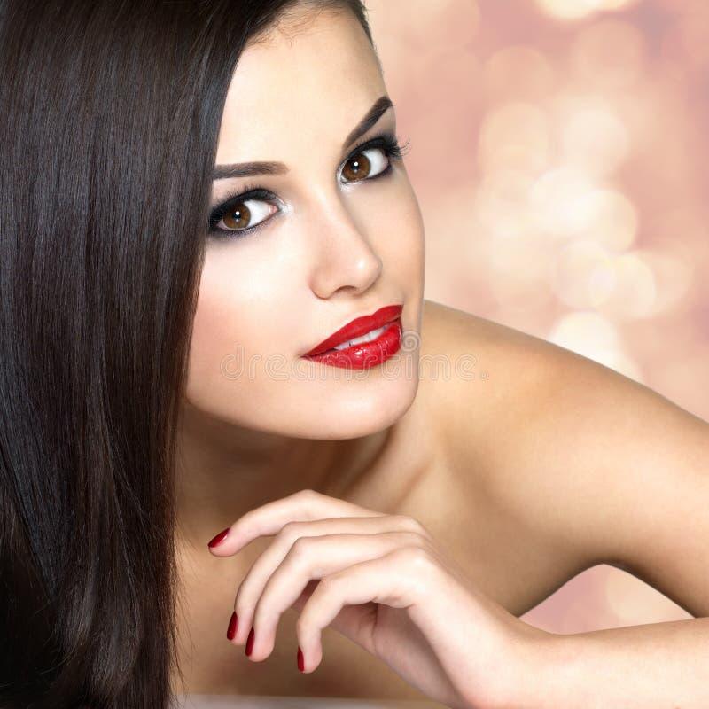 Mulher bonita com cabelos retos marrons longos imagens de stock
