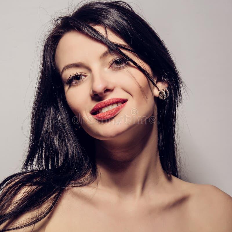 Mulher bonita com cabelos retos marrons longos foto de stock