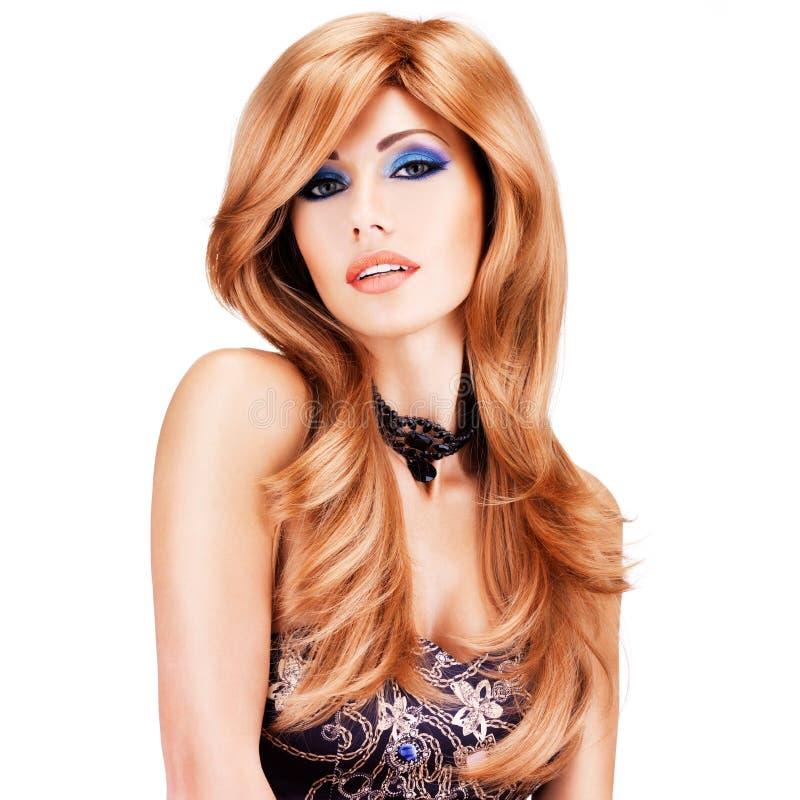 Mulher bonita com cabelos vermelhos longos com composição azul imagem de stock royalty free