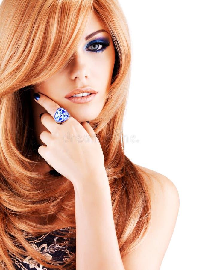 Mulher bonita com cabelos vermelhos longos com composição azul imagem de stock