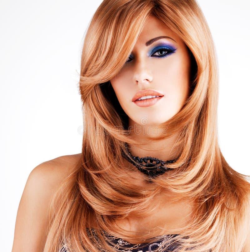 Mulher bonita com cabelos vermelhos longos com composição azul fotos de stock royalty free