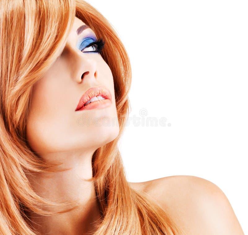 Mulher bonita com cabelos vermelhos longos com composição azul foto de stock royalty free