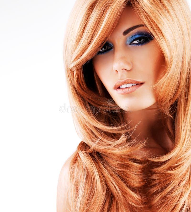 Mulher bonita com cabelos vermelhos longos com composição azul fotografia de stock royalty free