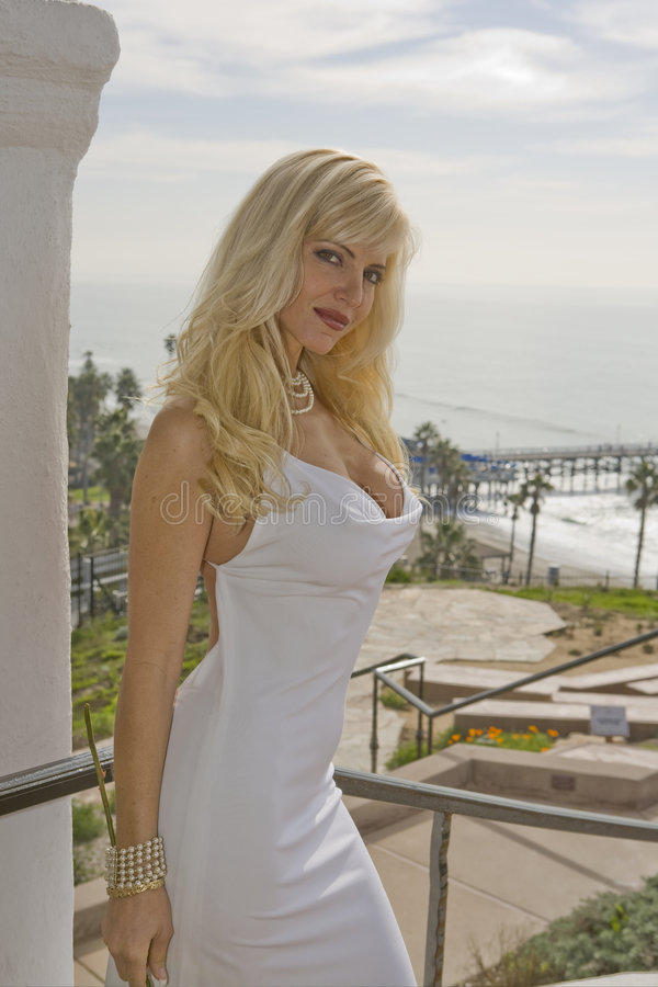 Mulher bonita com cais de San Clemente foto de stock royalty free
