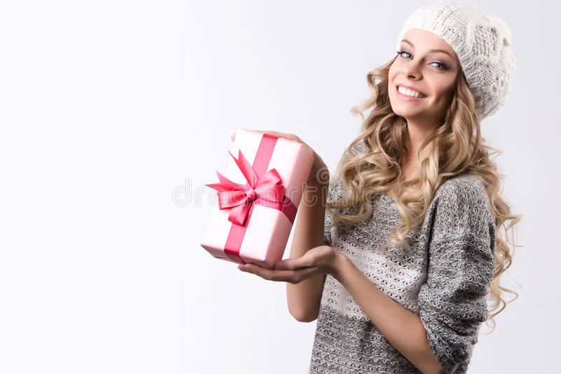 Mulher bonita com caixa de presente cor-de-rosa foto de stock royalty free