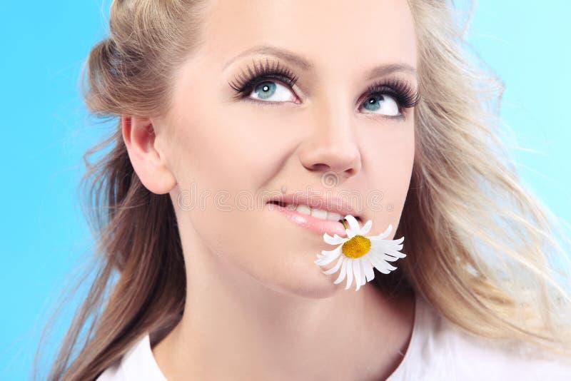 Mulher bonita com camomila. fotografia de stock