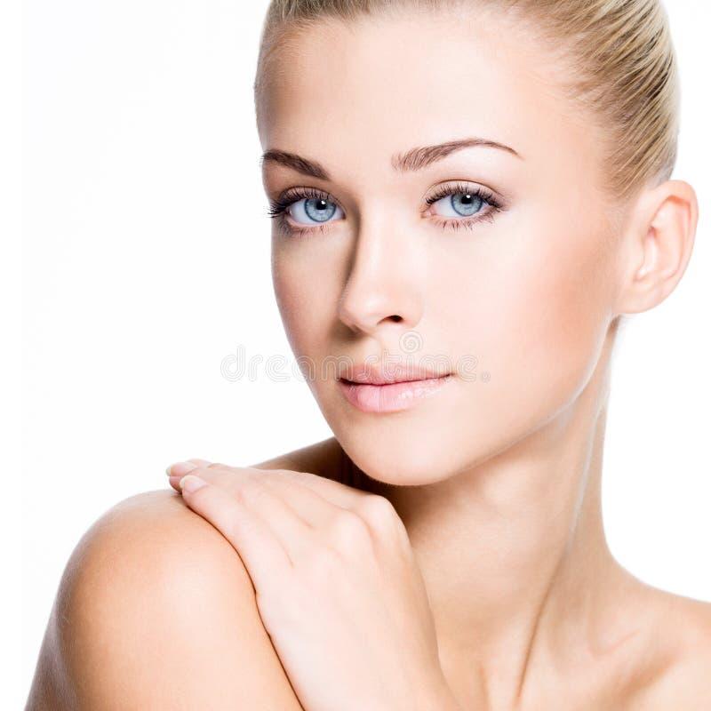 Mulher bonita com a cara da beleza - isolada fotografia de stock