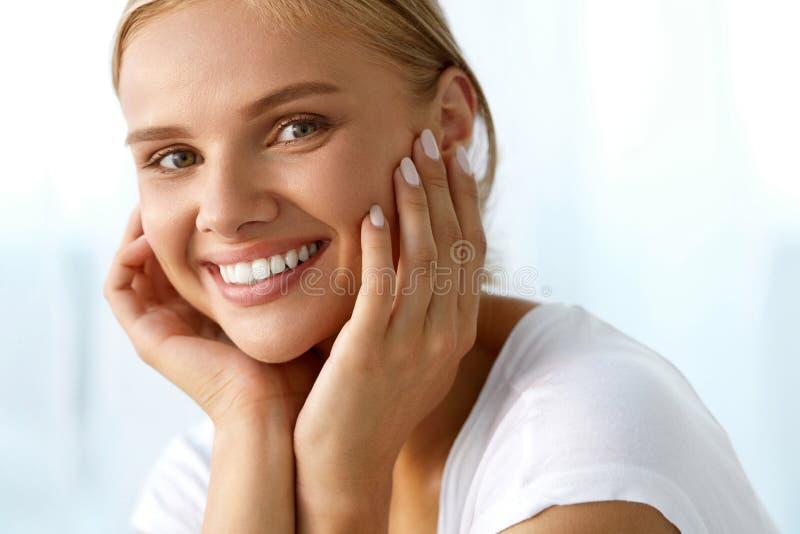 Mulher bonita com cara da beleza, sorriso branco saudável dos dentes fotografia de stock