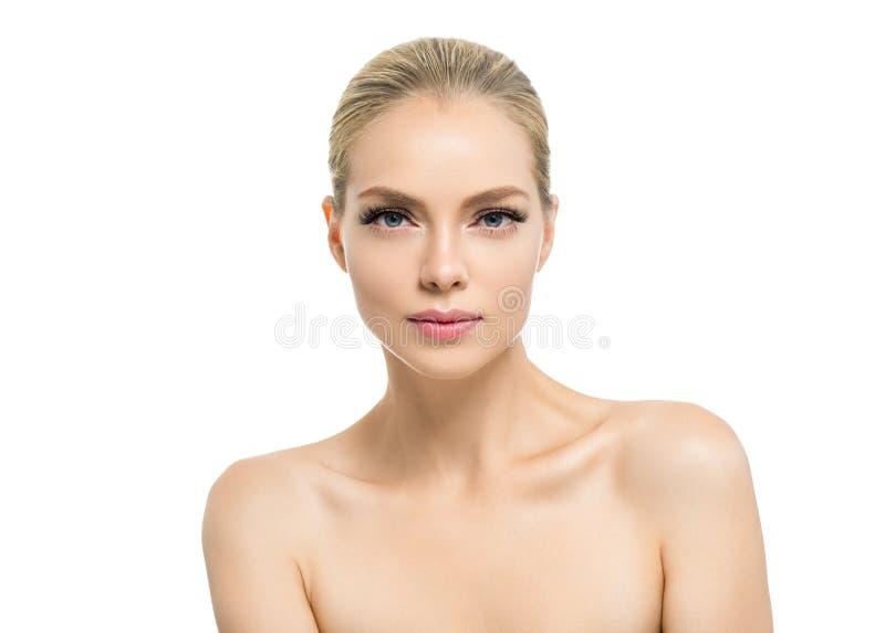 Mulher bonita com a cara natural da beleza do cabelo louro da composição da pele saudável com chicotes da beleza e os bordos cor- imagens de stock