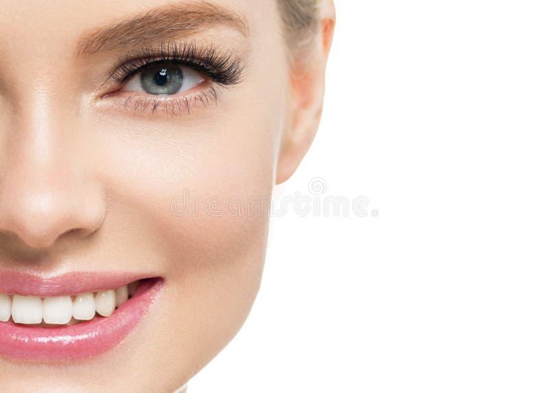 Mulher bonita com a cara natural da beleza do cabelo louro da composição da pele saudável com chicotes da beleza e os bordos cor- imagem de stock royalty free