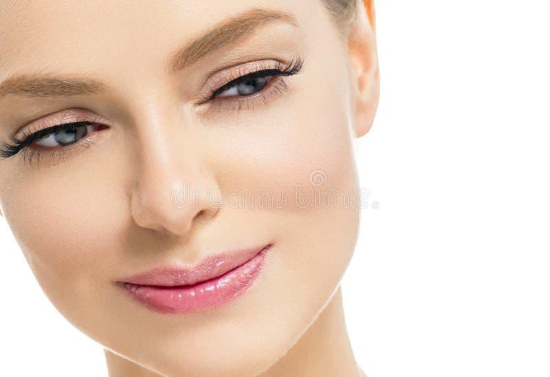 Mulher bonita com a cara natural da beleza do cabelo louro da composição da pele saudável com chicotes da beleza e os bordos cor- fotos de stock royalty free