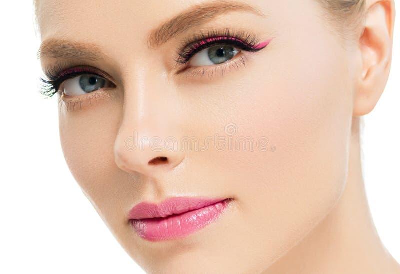 Mulher bonita com a cara natural da beleza do cabelo louro da composição da pele saudável com chicotes da beleza e os bordos cor- fotografia de stock