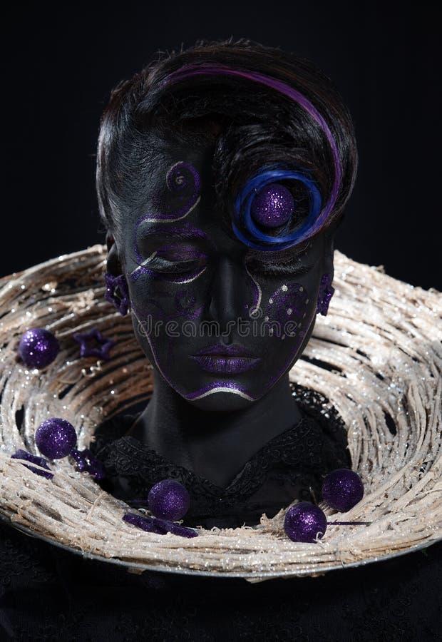 Mulher bonita com cara preta foto de stock