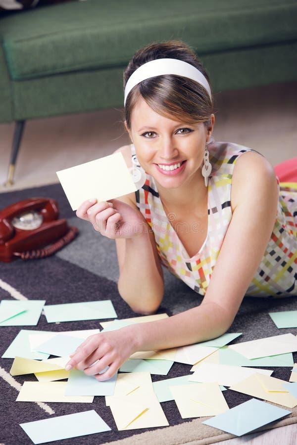 Mulher bonita com carta de amor fotos de stock