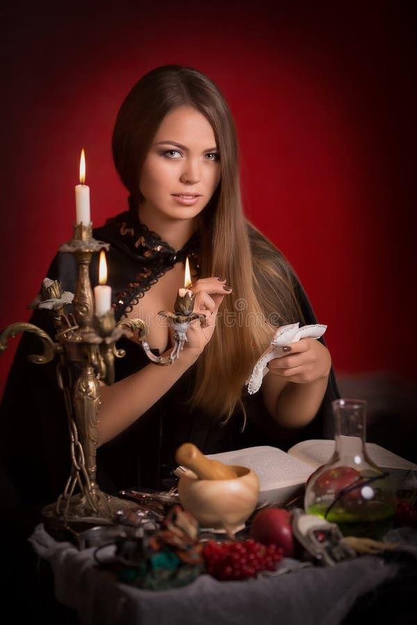 Mulher bonita com casaco preto foto de stock royalty free