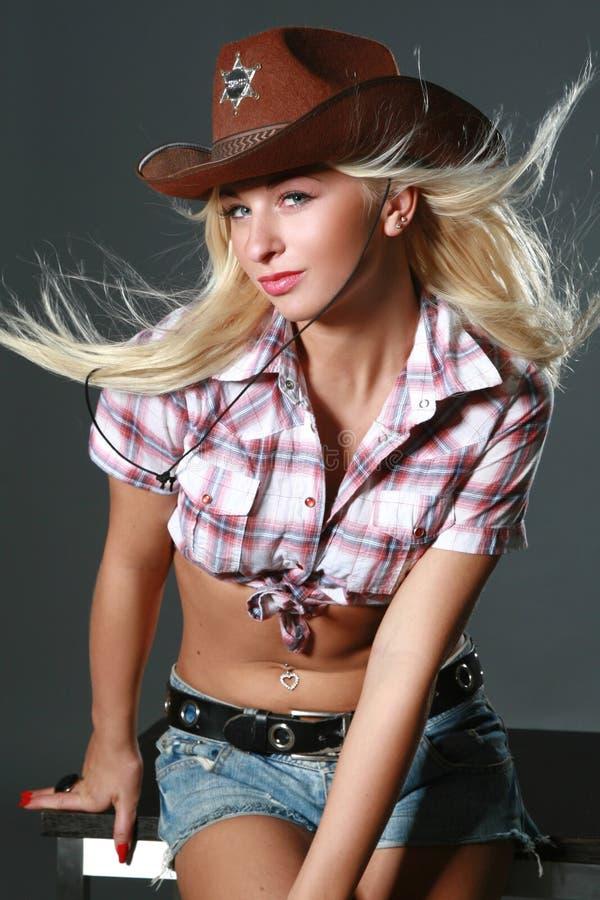Mulher bonita com chapéu de cowboy imagens de stock