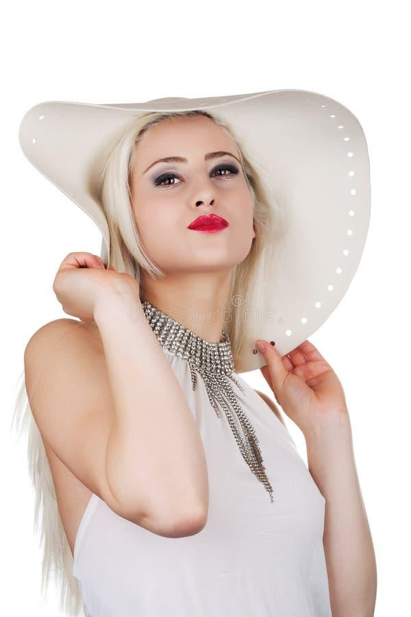 Mulher bonita com colar de diamante e um chapéu imagem de stock royalty free