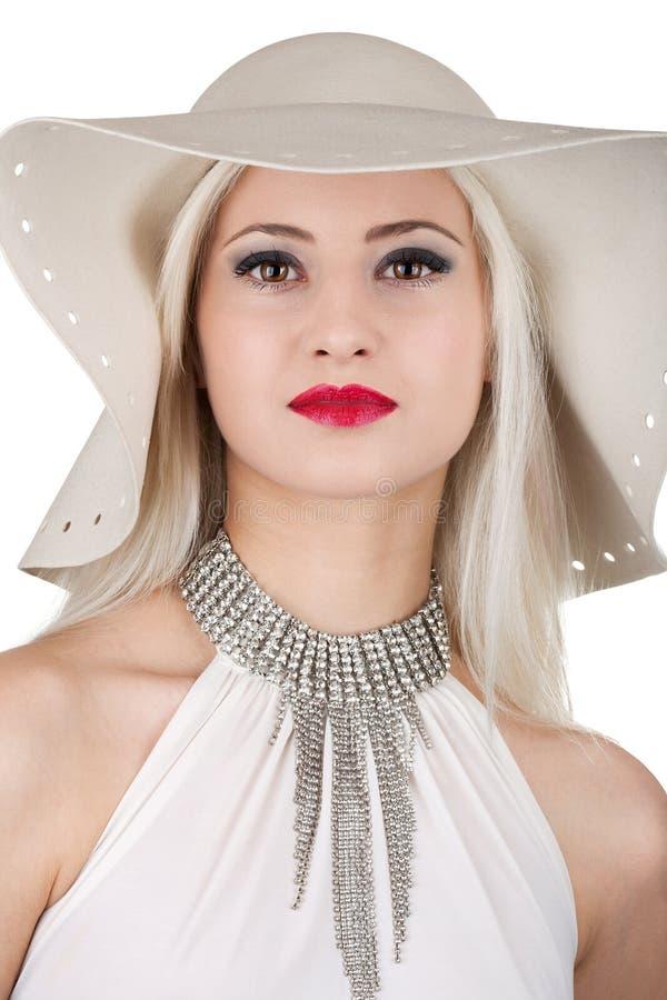 Mulher bonita com colar de diamante e um chapéu fotos de stock royalty free