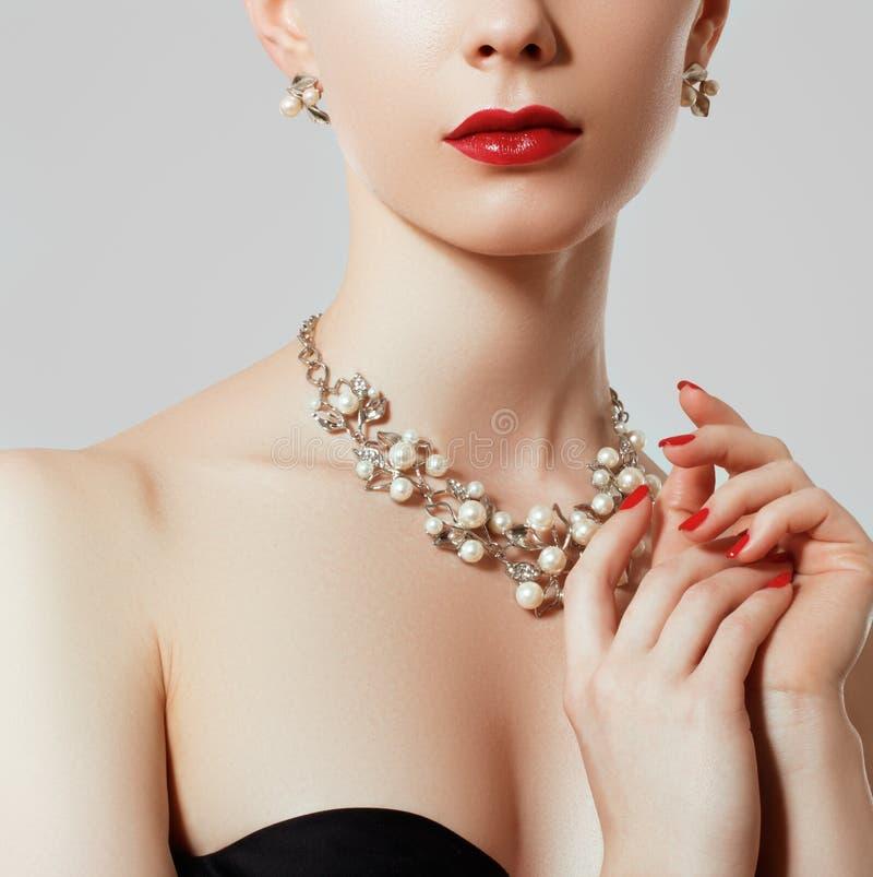 Mulher bonita com colar de diamante Modelo novo da beleza com pendente e brincos do diamante Joia e acess?rios foto de stock