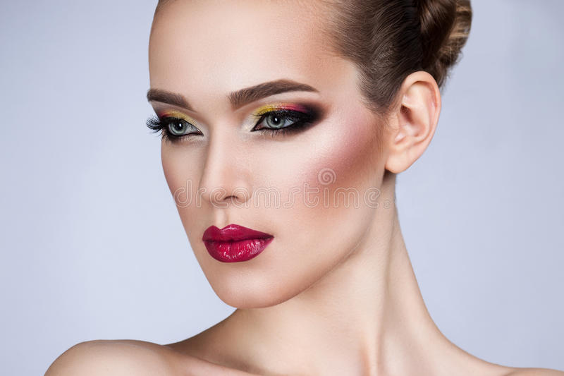 Mulher bonita com composição brilhante imagens de stock