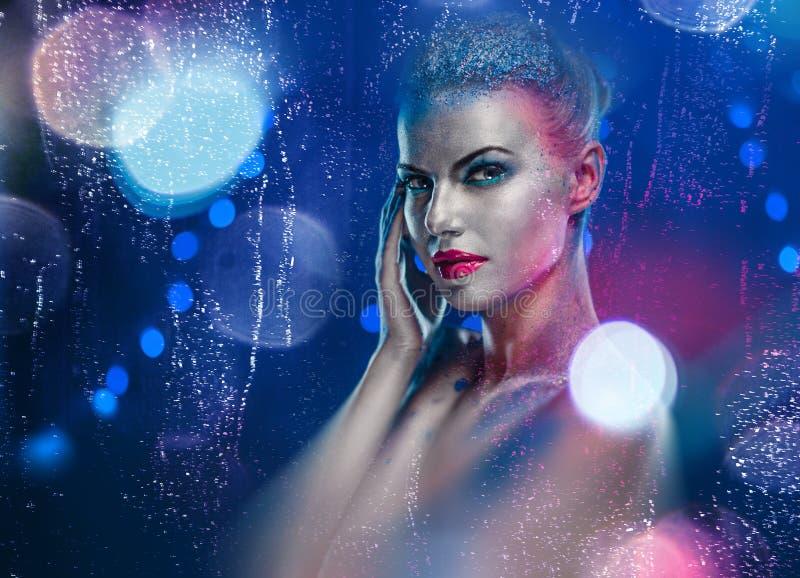 Mulher bonita com composição brilhante criativa fotografia de stock