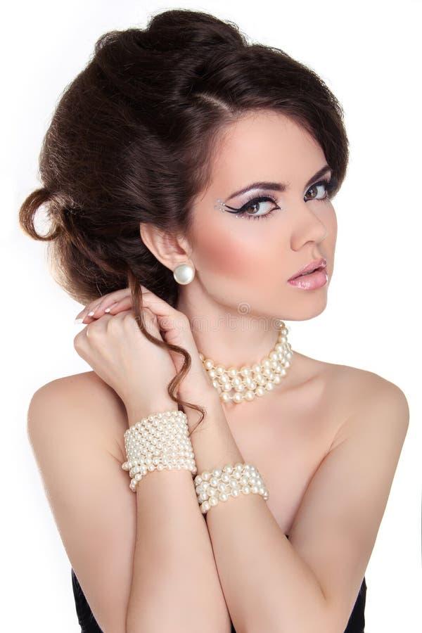 Mulher bonita com composição da noite. Jóia e beleza. Fashio imagem de stock royalty free